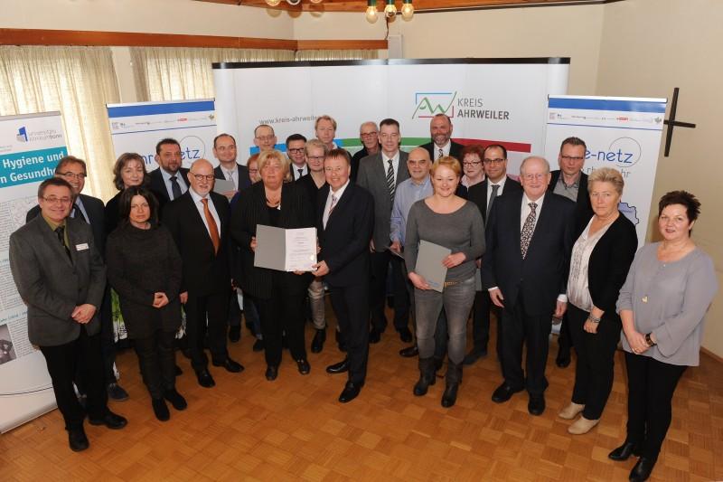 Die Vertreter der Kliniken nahmen von Landrat Jürgen Pföhler (vorne) die Urkunden entgegen.